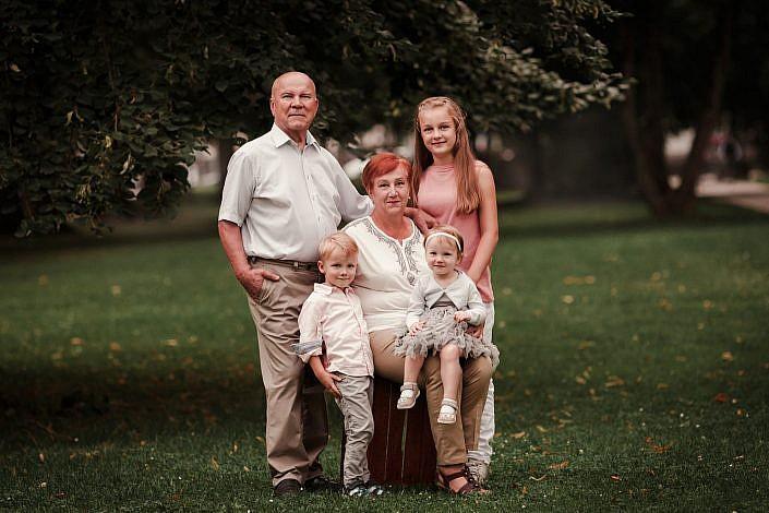 Familienfotografie Munchen mit Großeltern und Enkelkinder