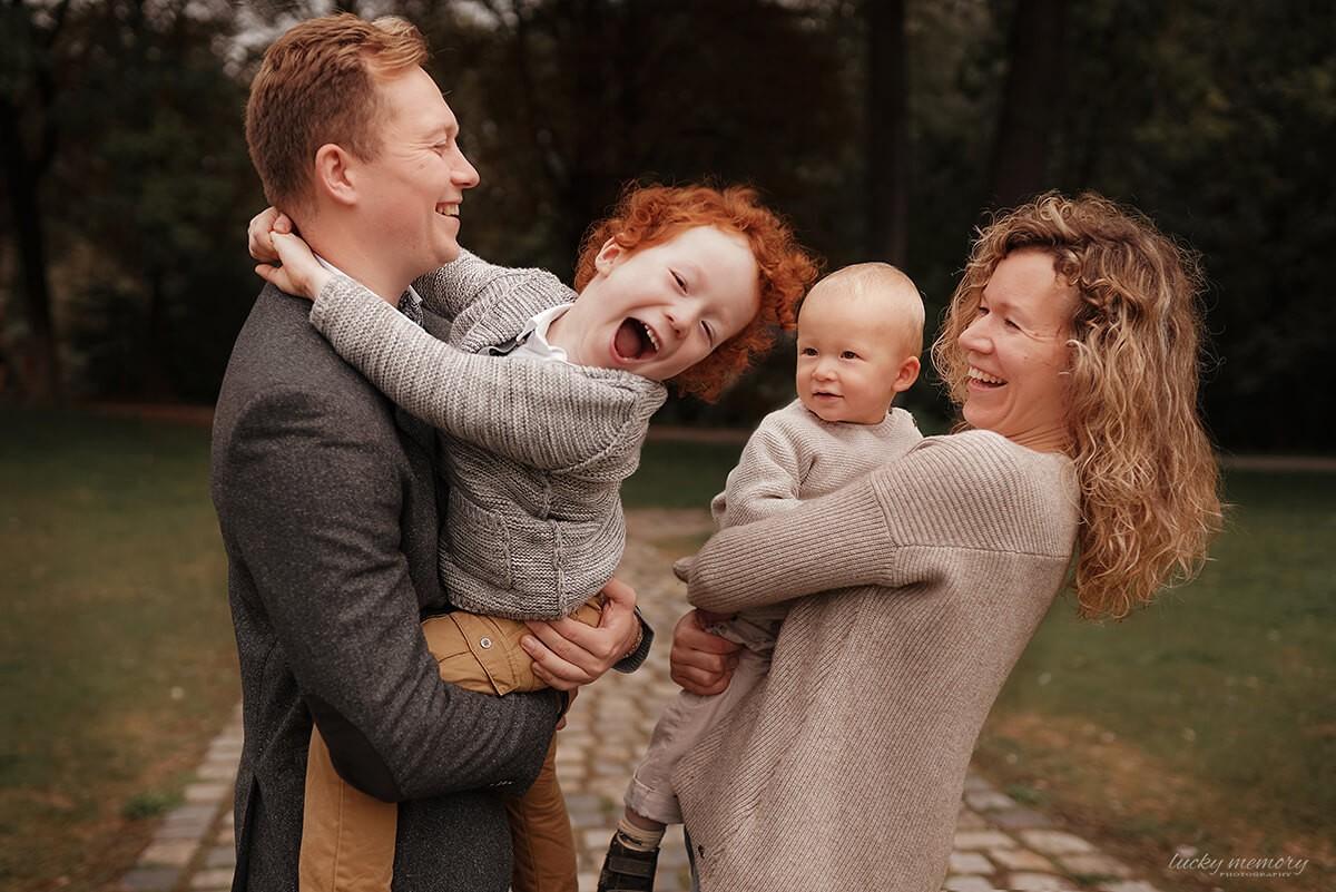 Gefühlsvolles und lustiges Familienfotoshooting München