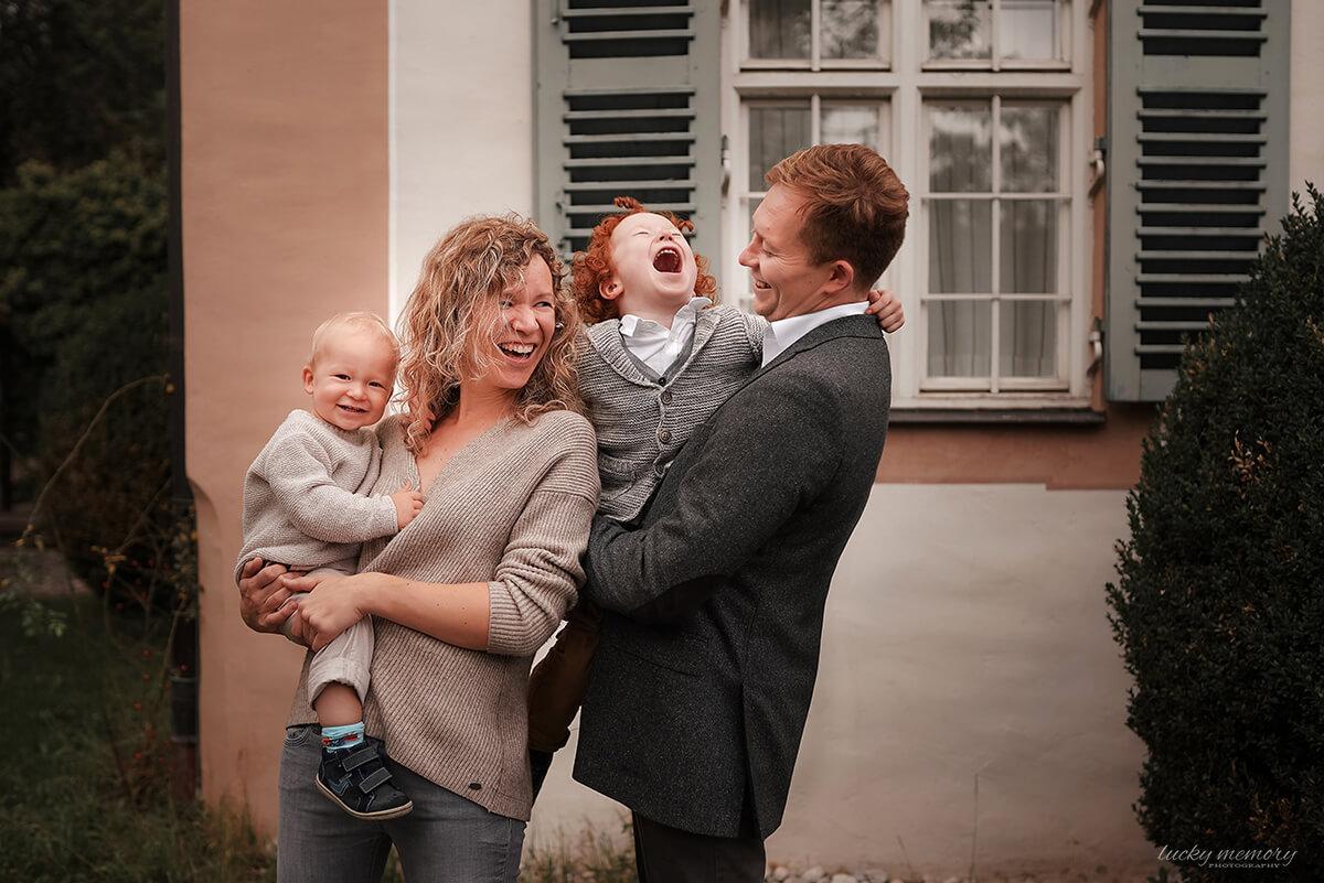 Familienfotoshooting in München mit glücklichen Eltern und zwei Kindern