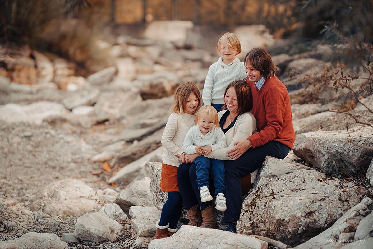 Eine glückliche fünfköpfige Familie bei einem herbstlichen Outdoor-Fotoshooting mit der professionellen Münchener Familienfotografin Lucky Memory Photography