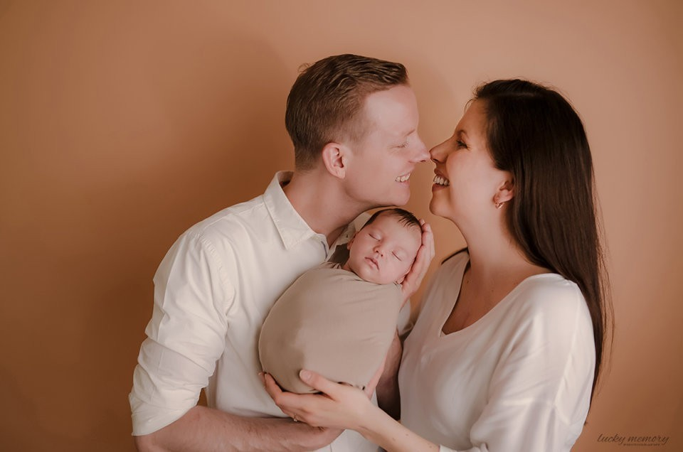 neugeborenen fotografie mit eltern münchen