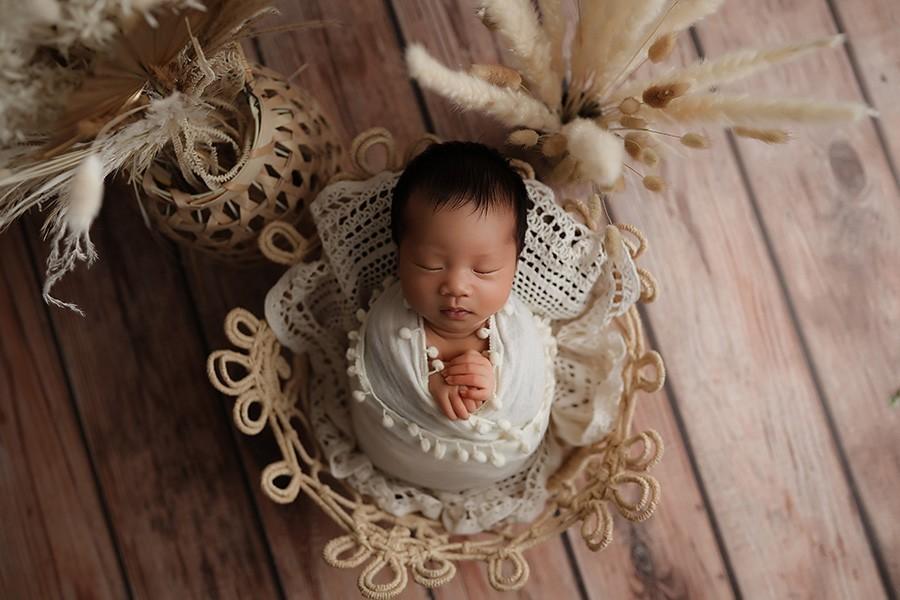 Zuckersüße Babyfotos mit toller Boho-Dekoration beim Neugeborenen Shooting mit Fotografin aus Munchen
